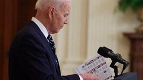 """Hình ảnh từ cuộc họp báo đầu tiên hé lộ Tổng thống Biden phải dùng """"phao nhắc bài""""?"""