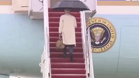 Trời mưa, đường trơn: TT Biden lại suýt vấp ngã trên cầu thang máy bay dù đã đi hết sức chậm rãi