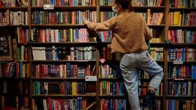 Pháp công nhận sách là nhu yếu phẩm, cho mở cửa thời giãn cách xã hội