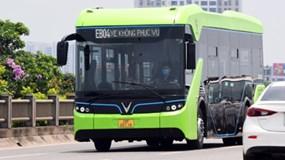 Bất ngờ bắt gặp xe buýt điện VinBus chạy trong thành phố Hà Nội
