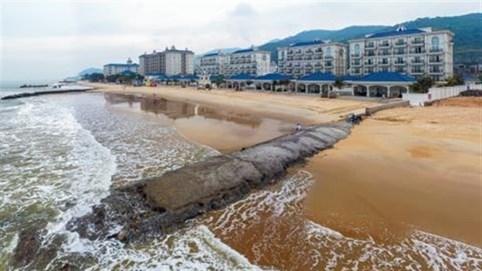 Resort chặn lối xuống biển của dân: Cố tình làm?