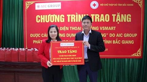 Đại diện Công ty tặng điện thoại cho người khiếm thị tại Bắc Giang