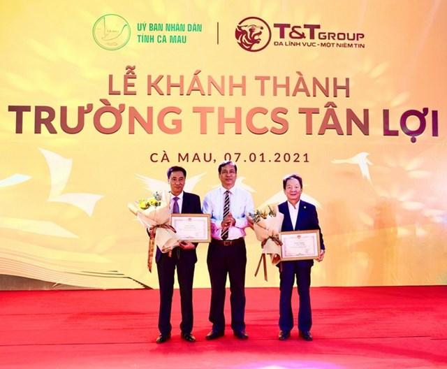 Ông Trần Hồng Quân, Ủy viên Ban Thường vụ Tỉnh ủy, Phó Chủ tịch UBND tỉnh Cà Mau trao tặng Bằng khen của Chủ tịch UBND tỉnh Cà Mau cho Tập đoàn T&T Group và cá nhân doanh nhân Đỗ Quang Hiển