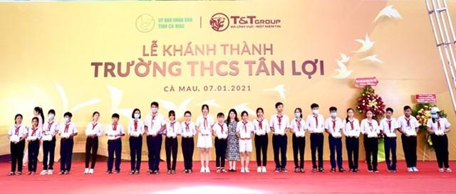 Trao học bổng cho các em học sinh nghèo vượt khó, các em học sinh có thành tích học tập xuất sắc của trường THCS Tân Lợi
