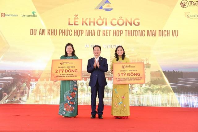 Ông Đỗ Quang Hiển, đại diện Tập đoàn T&T Group trao 5 tỷ đồng ủng hộ thành phố Long Xuyên thực hiện công tác an sinh xã hội và tổ chức các sự kiện chào mừng Tết nguyên đán Tân Sửu trên địa bàn thành phố.