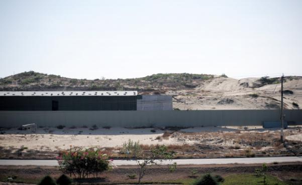 Dự án Sonasea Nha Trang hiện vẫn chưa triển khai, bốn bề vây tôn.