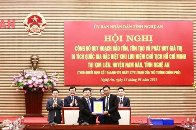 Ông Nguyễn Anh Tuấn, Phó Tổng Giám đốc Tập đoàn T&T Group (bên phải) bàn giao hồ sơ quy hoạch cho ông Bùi Đình Long, Phó Chủ tịch UBND tỉnh Nghệ An