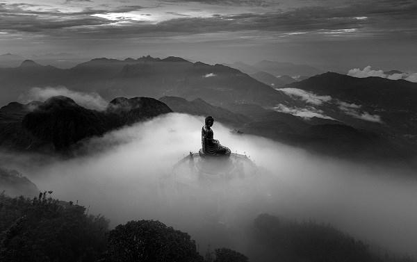 """Bức ảnh """"Tượng phật trên nóc nhà Đông Dương"""" của nhiếp ảnh gia Lê Việt Khánh giành giải 3 Monochrome Awards 2020 hạng mục Professional, thể loại ảnh Kiến trúc. (Ảnh: THẢO PHƯƠNG)"""