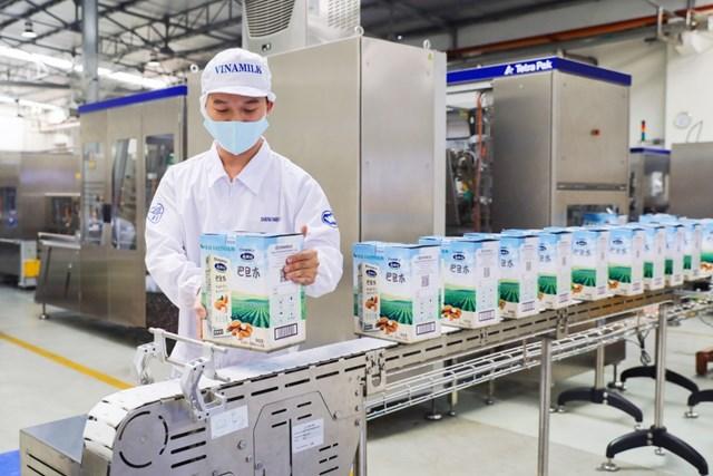 Sản phẩm sữa hạt cao cấp của Vinamilk xuất khẩu đi Trung Quốc có quy cách đóng gói và thiết kế bao bì khác biệt phù hợp với thị hiếu.