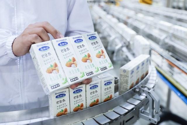 Lô sản phẩm xuất khẩu gồm sữa đậu nành hạnh nhân và đậu đỏ mang thương hiệu Vinamilk.
