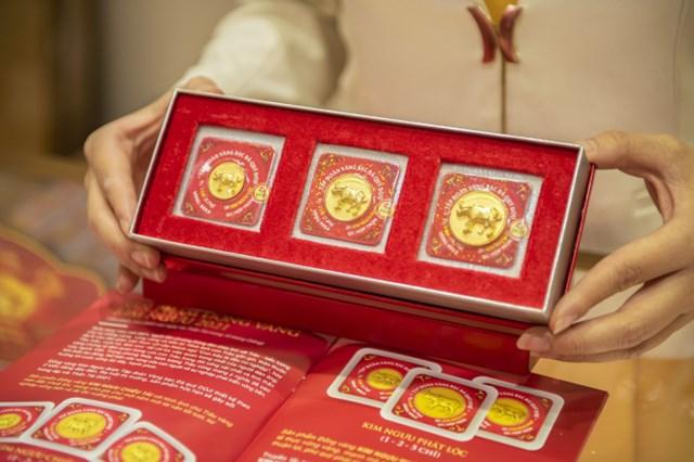 Sản phẩm đồng vàng ép vỉ 999.9 Kim Ngưu Phát Lộc của DOJI. (Ảnh: M.A)