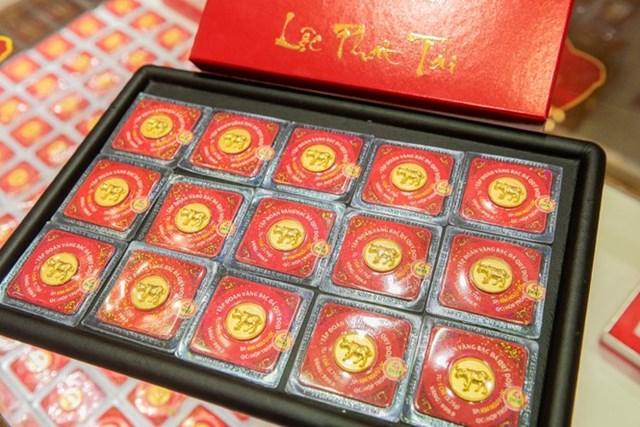 Hàng trăm ngàn sản phẩm vàng phục vụ Ngày Thần Tài đã được Tập đoàn DOJI chính thức bày bán tại hệ thống gần 200 cửa hàng của DOJI và Thế Giới Kim cương và hơn 400 đại lý trên toàn quốc