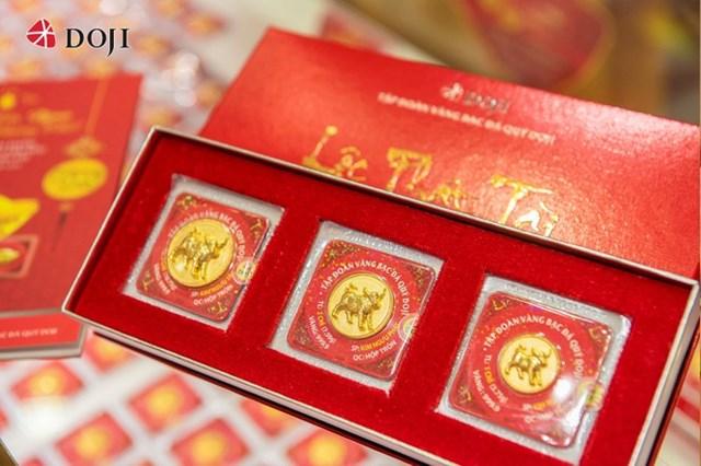 Sản phẩm đồng vàng Kim Ngưu Chiêu Tài với hình ảnh chú Trâu vàng được cách điệu, tràn đầy nhuệ khí, mang cho gia chủ một năm mới tài vận tốt tươi, sự nghiệp vững bền và tài lộc vượng phát.