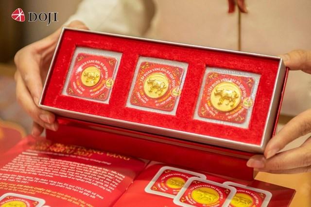 Sản phẩm đồng vàng Kim Ngưu Phát Lộc với hình ảnh chú Trâu tả thực vững vàng, mạnh mẽ như lời chúc cho vạn sự may mắn, thuận lợi, phú quý phát tài cho người sở hữu.