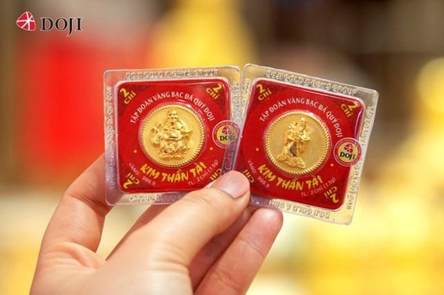 Một lựa chọn khác cho khách hàng đối với dòng sản phẩm vàng ép vỉ 999.9 là đồng vàng Thần Tài Thịnh Vượng, Thần Tài Đại Phất. Ông Thần Tài có nụ cười hiền từ, nhân hậu hiện diện cho sự phú quý, bình an giúp cho gia đình êm ấm, kinh doanh phát tài phát lộc.