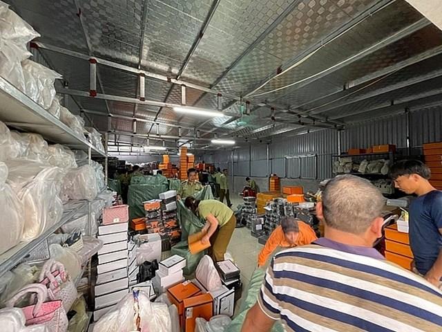 Kho hàng rộng 500m2 nhưng chứa hàng chục nghìn sản phẩm vi phạm