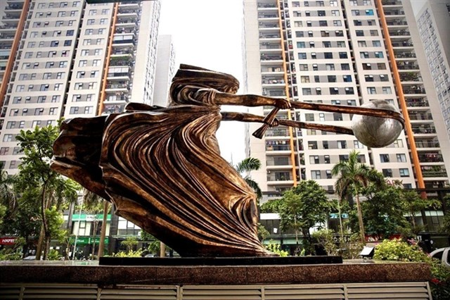 Bức tượng đặt tại sảnh trước tòa nhà The Van Phu – Victoria, Khu đô thị mới Văn Phú, quận Hà Đông