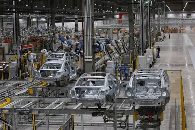 Bên trong nhà máy sản xuất ô tô VinFast.