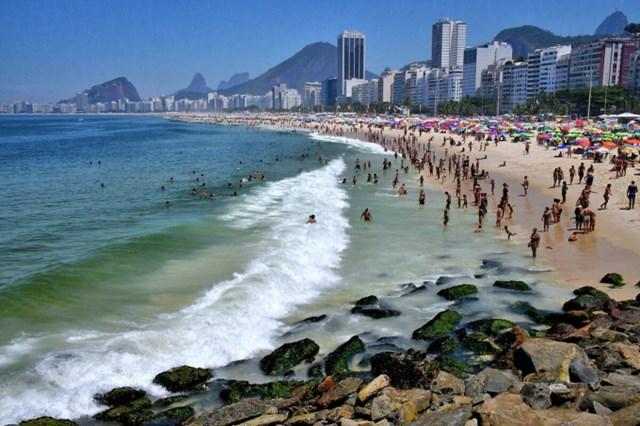 Bãi biển Copacabana thu hút đông đảo du khách. Ảnh: Encircle Photos.