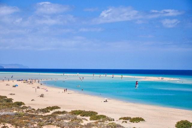 Bãi biển Sotavento thích hợp với các hoạt động lướt sóng, lướt ván diều. Ảnh: Hotels.