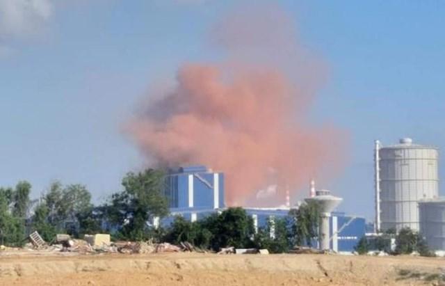 Hình ảnh cột khói màu nâu đỏ từ nhà máy thép Hòa Phát Dung Quất.