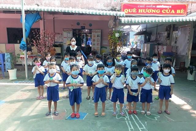 Trẻ em vui mừng khi được nhận sữa từ chương trình Quỹ sữa Vươn cao Việt Nam năm 2021.