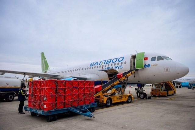 Bamboo Airways vận chuyển 100 tấn hàng hóa miễn cước hỗ trợ các địa phương khắc phục hậu quả lũ lụt