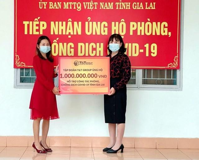 Đại diện Tập đoàn T&T Group trao hỗ trợ cho đại diện Uỷ ban MTTQ Việt Nam tỉnh Gia Lai.