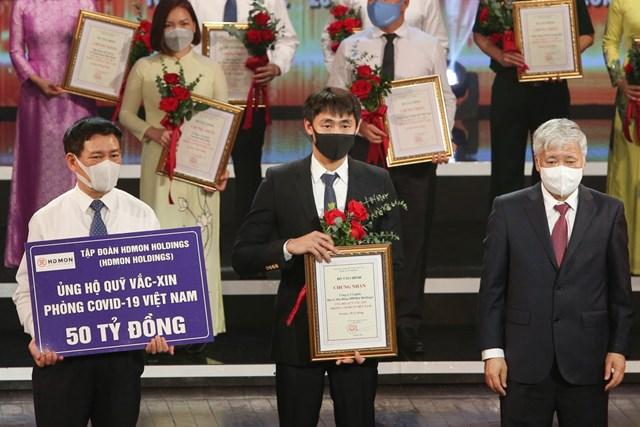 Đại diện Tập đoàn HDMon Holdings trao tặng 50 tỷ đồng cho Quỹ vắc-xin phòng, chống COVID-19 tại buổi lễ.