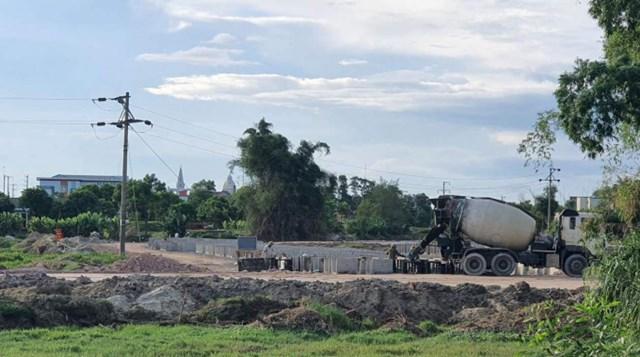 Công nhân và máy bồn bê tông hoạt động sát dưới đường dây điện 35Kv nguy hiểm tính mạng.
