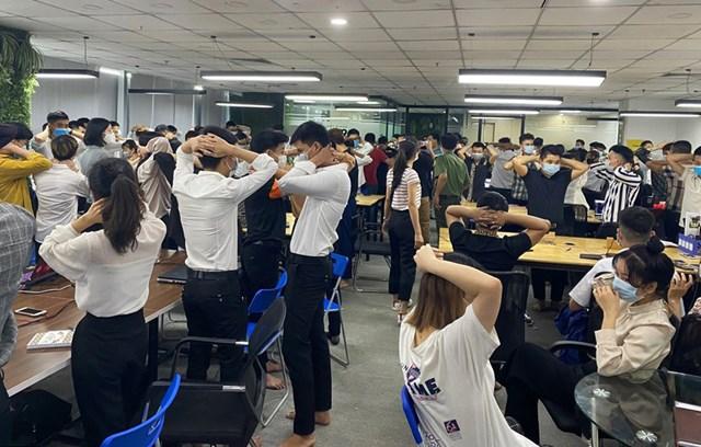 Cơ quan điều tra kiểm tra văn phòng Công ty TNHH MTV ANT Group có cả trăm nhân viên tại quận Cầu Giấy, Hà Nội - Ảnh: Công an Hải Phòng