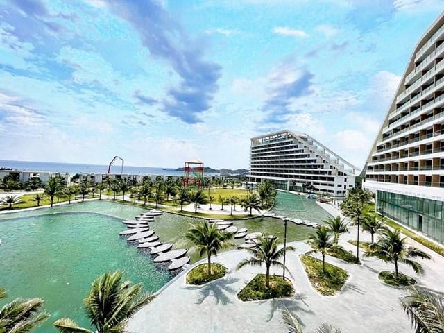 Bể bơi ngoài trời tại FLC Grand Hotel Quy Nhon.