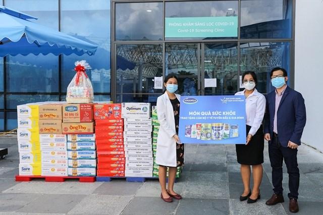 Đại diện Vinamilk gửi tặng món quà sức khỏe đến các bệnh viện tuyến đầu.