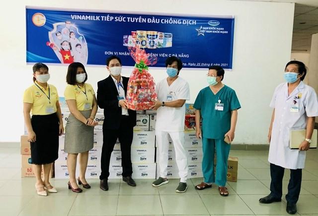Đại diện bệnh viện tiếp nhận các món quà từ Vinamilk dành tặng đến gia đình của cán bộ y tế tuyến đầu.