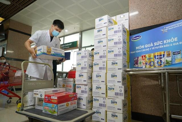 Hơn 25.500 sản phẩm đã được Vinamilk kịp thời chuyển đến các bệnh viện trong điều kiện giãn cách nhiều khó khăn.