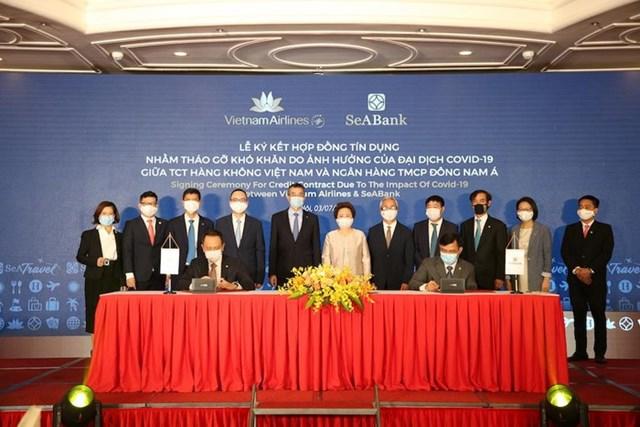 Đại diện Vietnam Airlines và SeABank ký kết ký kết hợp đồng tín dụng