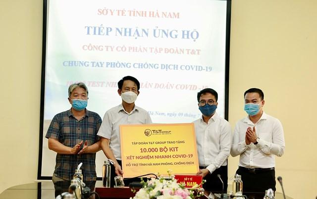 Ông Trần Viết Huệ, Phó Giám đốc Sở Y tế, đại diện Ban Chỉ đạo phòng chống dịch COVID-19 tiếp nhận 10.000 bộ kit xét nghiệm nhanh COVID-19 do Tập đoàn T&T Group trao tặng