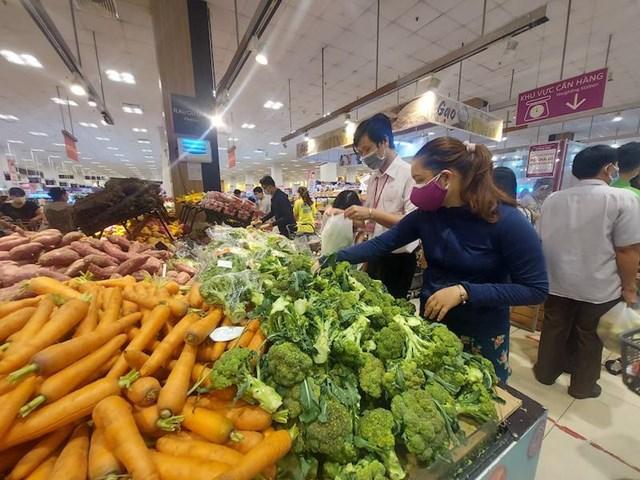 Lượng hàng hóa, rau quả tại các hệ thống siêu thị TP.Hồ Chí Minhsáng 11/7 dồi dào.