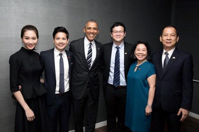 Gia đình doanh nhân Dương Thanh Thủy chụp hình lưu niệm cùng cựu Tổng thống Mỹ Barrack Obama trong chuyến thăm Dreamplex - không gian làm việc chung do CEO Nguyễn Trung Tín sáng lập. (Ảnh: Zing).