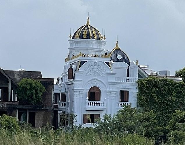 Căn biệt thự cạnh số nhà D9-BT8 Khu đô thị Việt Hưng được xây dựng như 1 tòa lâu đài.
