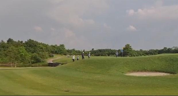 Sân Golf Sky Lake vẫn mở cửa đón khách bất chấp việc UBND TP Hà Nội yêu cầu dừng các hoạt động thể thao ngoài trời.