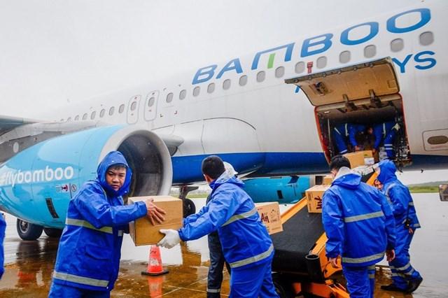 Năm 2020, Bamboo Airways đã vận chuyển miễn cước 100 tấn hàng hoá y tế, nhu yếu phẩm đến các điểm nóng về thiên tai tại Việt Nam