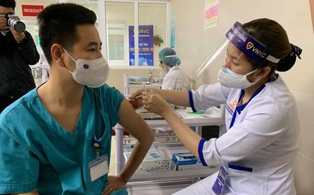 Hà Nội tiêm vaccine Covid-19 cho 5,1 triệu dân: Ai sẽ được ưu tiên tiêm trước? - Ảnh 1