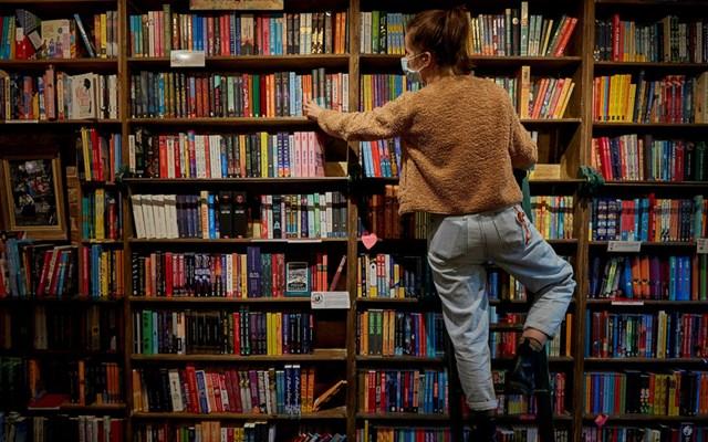 Pháp công nhận sách là nhu yếu phẩm, cho mở cửa thời giãn cách xã hội - Ảnh 1