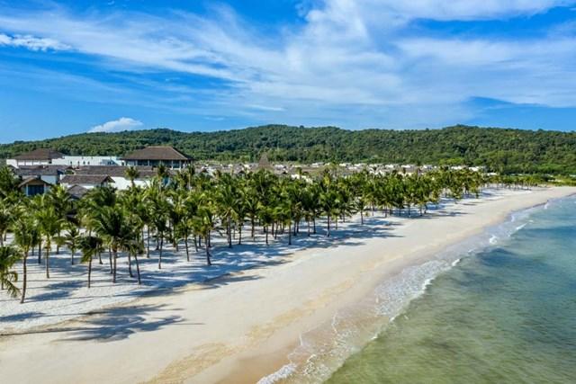 """Sở hữu bờ biển tuyệt đẹp của Bãi Kem- top 100 bãi biển đẹp nhất thế giới theo Flight Network, khu nghỉ dưỡng gây ấn tượng với thiết kế như một làng chài ven biển nên thơ. New World Phu Quoc Resort khiến khách trong nước như được """"về nhà"""", và khách quốc tế cảm nhận rõ nét một Phú Quốc truyền thống hiện diện ở đây."""