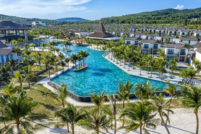 Khu nghỉ dưỡng cũng sở hữu những tiện ích đẳng cấp cho cả gia đình hay nhóm bạn: bể bơi vô cực dài 120 mét, khu trò chơi dưới nước cho trẻ em, trung tâm fitness, yoga, spa, CLB trẻ em.