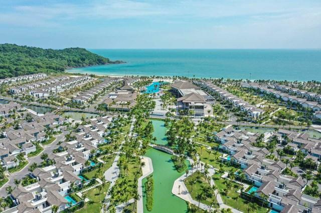 New World Phu Quoc Resort, khu nghỉ dưỡng 5 sao mới nhất được đưa vào vận hành hồi tháng 5/2021 gồm 375 căn villa với bãi biển riêng tư và những khu vườn xanh mát, được TIME nhắc đến đầu tiên trong những điểm nghỉ dưỡng đáng trải nghiệm khi đến Phú Quốc.
