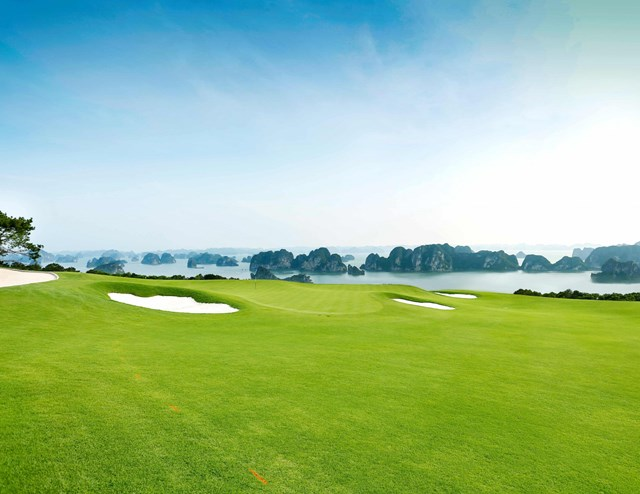 Sân golf 18 hố FLC Golf Club Halong tiêu chuẩn quốc tế tầm nhìn toàn cảnh vịnh.