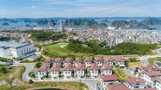 FLC Grand Villa Halong với tầm nhìn toàn cảnh kỳ quan vịnh Hạ Long.