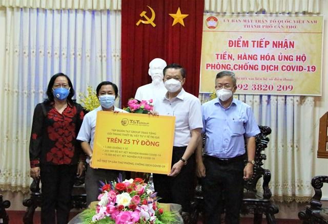 Đại diện Tập đoàn T&T Group trao tặng gói trang thiết bị, vật tư y tế trị giá trên 25 tỷ đồng cho ông Dương Tấn Hiển, Phó Chủ tịch Thường trực UBND TP Cần Thơ (thứ hai từ phải sang).